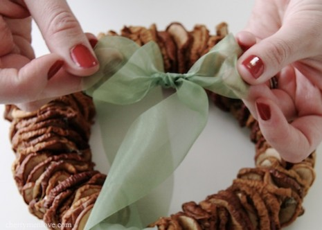 How to make a dried apple wreath
